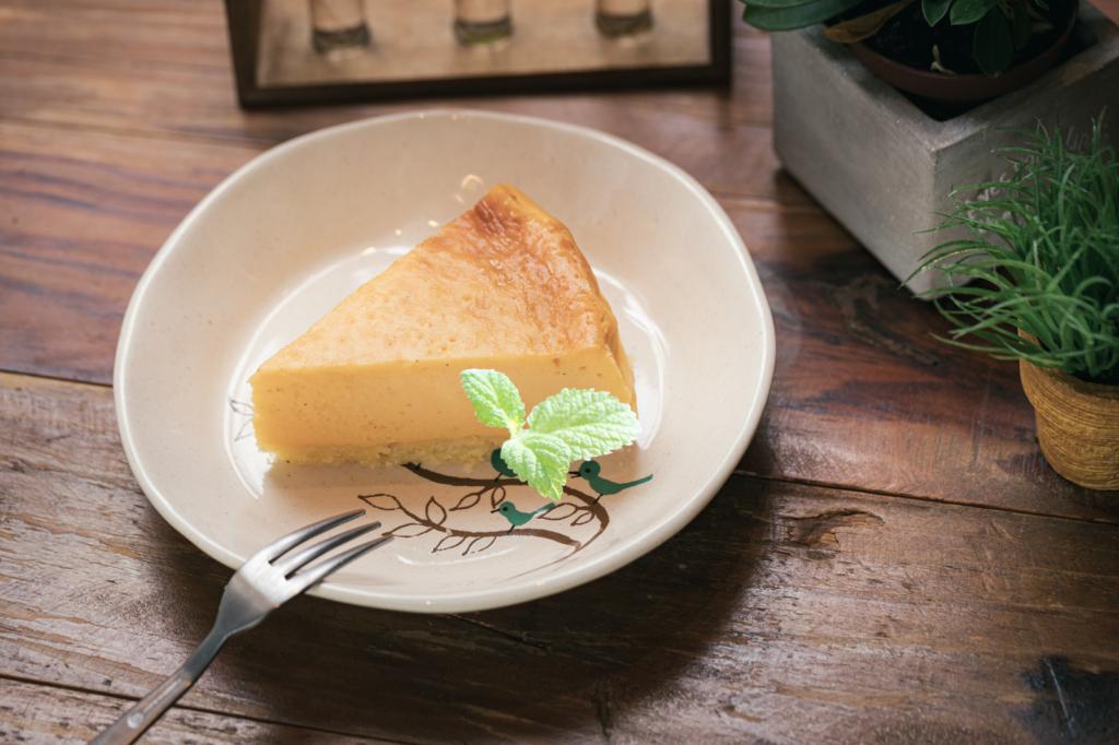 チーズケーキを彩るミントの葉